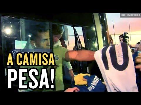 Tevez abre o sorriso ao autografar camisa do Corinthians