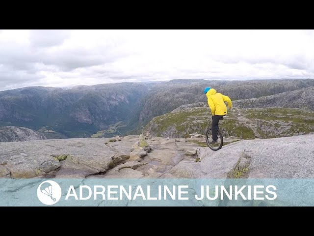 مشهد مرعب لمتهور يتنقل بين الجبال الوعرة على دراجة أحادية العجلة