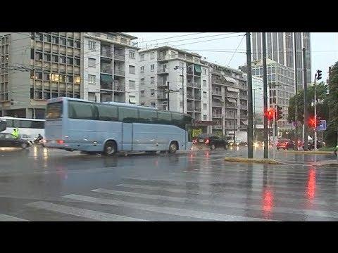 Η κακοκαιρία προκαλεί μποτιλιαρίσματα στους δρόμους