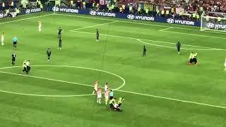 Болельщики выбежали на поле во время финала чемпионата мира по футболу