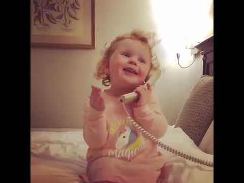 ילדה מצחיקה מדברת בטלפון