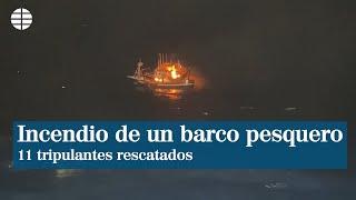 Rescatan ilesos a 11 tripulantes de un pesquero incendiado ante la costa vizcaína