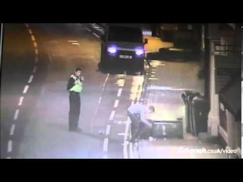 شاهد تعامل الشرطة البريطانية مع شاب يرمي القمامة بالشارع