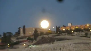 preview picture of video 'Simply wow - a huge full moon revealed above the Old City of Jerusalem and the Mount of Olives'