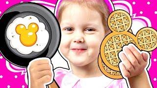 МИННИ МАУС Повар Кто заказывал вафли Мама не хочет идти в Вафельную Кухня Minnie Mouse Kids Video