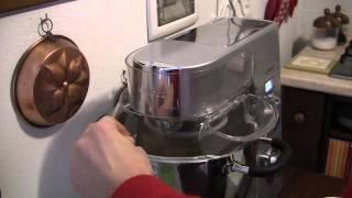Kenwood Cooking Chef KM086 mentre lavora con un impasto a ...