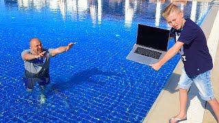 Тиша и даня купаются в бассейне