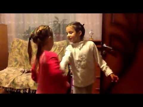Алиса и Соня поют и танцуют