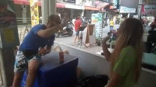 Пьяный турист в Тайланде знакомится с Тайскими телками. Прикол.