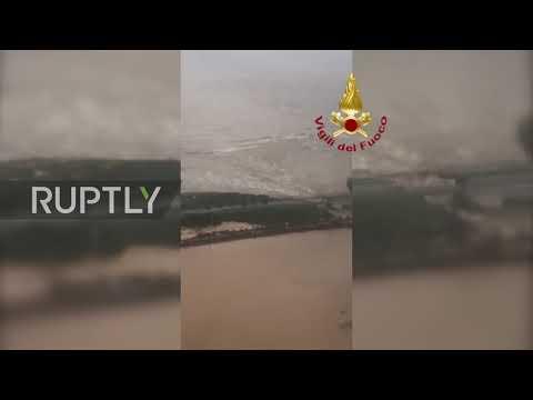 انهيار جسر بسبب أمطار وسيول في إيطاليا