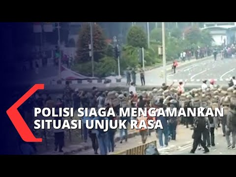 mulai anarkis polisi blokade massa agar menjauh dari kawasan istana negara