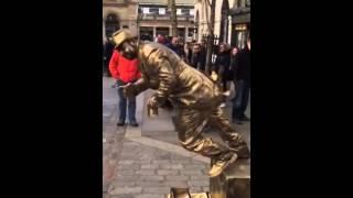 Смотреть онлайн Человек-статуя показывает крутые трюки