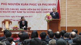 Thủ tướng Nguyễn Xuân Phúc thăm cán bộ Đại sứ quán và đại diện cộng đồng Việt Nam tại Campuchia