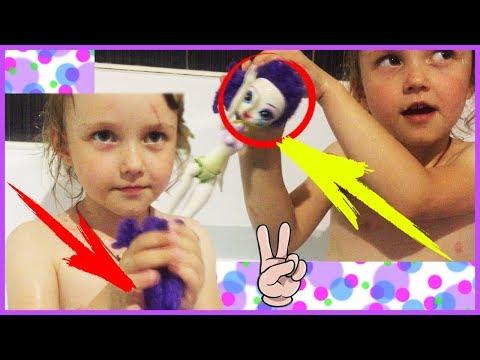 Тася маленькая девочка купается и моет Куклу Монстер Хай/ Видео для детей/ Video for kids/ Child