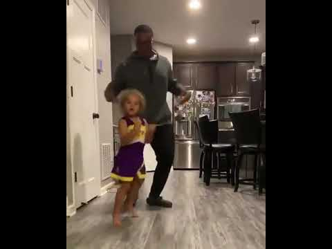 Little Girl Possessed By Demons Starts Twerking -- father(父) Not Amused