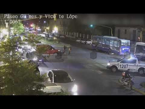 Video: Motociclista es impactado por un auto