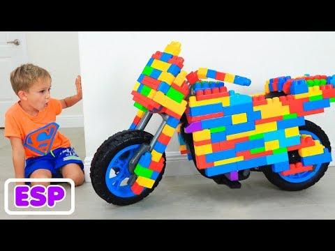 Vlad y Nikita montan una moto de juguete de Lego