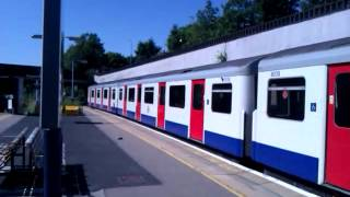 preview picture of video 'District Line D78 No. 7513/7039 Arriving at  Gunnersbury Station on 23/07/12'