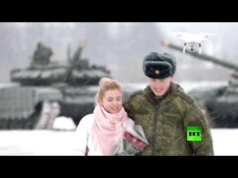 العرب اليوم - ملازم روسي يطلب يد حبيبته مدعومًا بفصيل من الدبابات