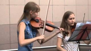 Девушки играют на скрипке в метро, в Киеве