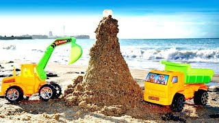 Игры в песочнице - Машинки на пляже - Строим маяк из песка