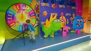 Риша в Игроленд Одесса! Очень весёлые игровые аттракционы.Пытаемся поймать Динозавра и хлопнуть акул
