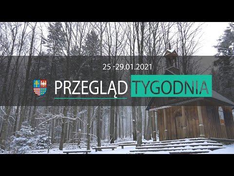 Plansza z napisem Przegląd tygodnia od 25 do 29 stycznia 2021 roku. W tle drewniana kapliczka w lesie zimą