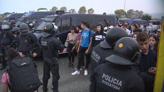 Mossos cargan contra manifestantes en el exterior de El Prat