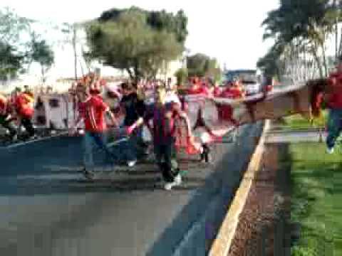 """""""Celebracion Universidad de El Salvador Finalisima 6 junio 2010 en el Blvd. de los Heroes"""" Barra: Furia Escarlata • Club: UES"""
