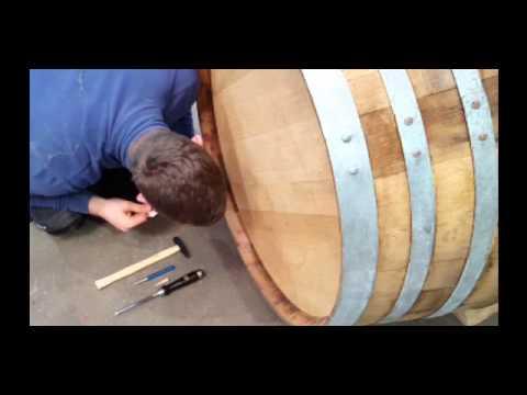 Reparatur einer kleinen Leckage im Holzfass