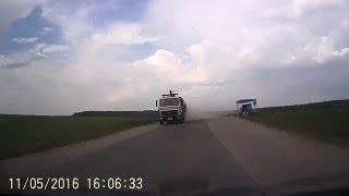 Узкая дорога возле Гродно (Ольшанка): в пыли спрятались автомобили