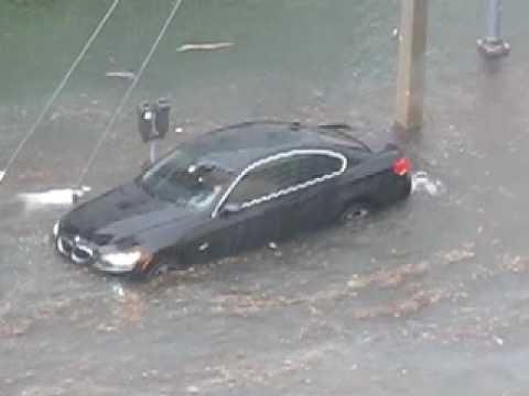 Brunetka ratuje swoje BMW 335 z powodzi