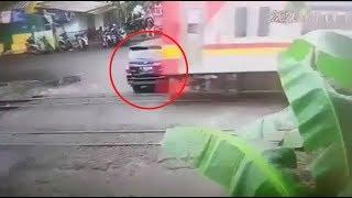 Detik-detik Pengendara Mobil Terserempet saat Terobos Perlintasan KA di Bintaro Permai