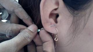 Proses Cara Melubangi Telinga (Tindik) Secara Manual Untuk Memasang Anting