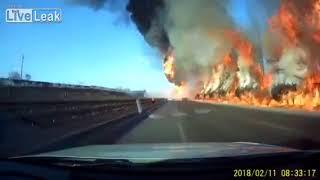 Смотреть онлайн Бензовоз взорвался прямо на дороге