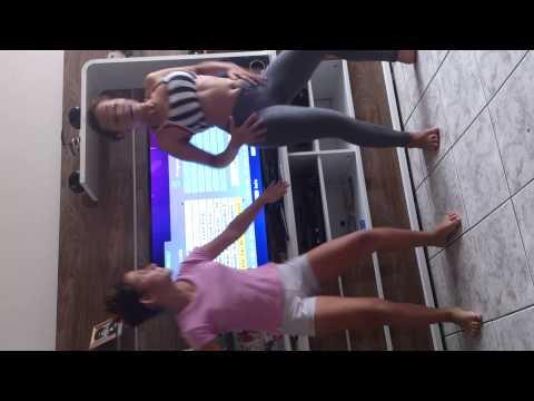 Liliana e Amanda dançando axé