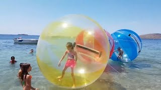 DEV DENİZ TOPUNA GİRDİM BENİ DENİZE İTTİLER GETTING TO GIANT SEA BALL, Kid video