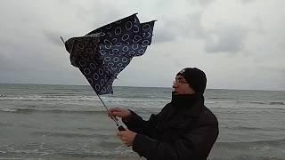 Ветер ломает зонтики, дождь переполняет речки Анапы