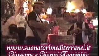 H ταραντέλα αυτή ακούγεται και στον Νονό Ι, στη σκηνή του γάμου της κόρης του Δον. (από allivegp, 03/11/09)