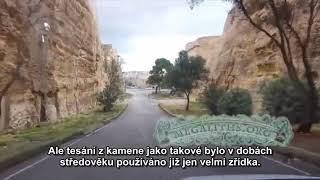 Masívna neznáma zrúcanina pod stredovekými hviezdami pevnosti Malty; megalitných chrámov Malty