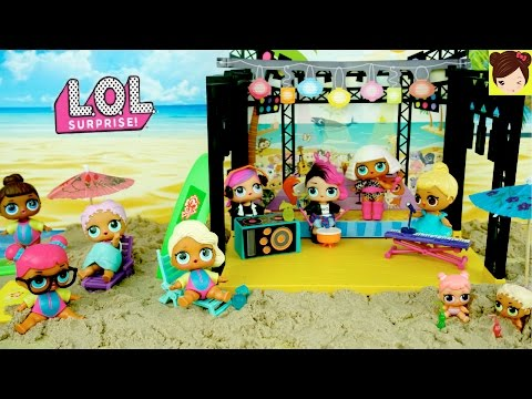 Bebes L.O.L Sorpresa Juegan en la Playa y Tocan en Una Banda! - Historias  Juguetes de Titi