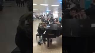 Suona un pianoforte in aeroporto fingendo di non saper suonare ma poi...