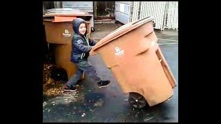 Father and son play with garbage cans    Папа с сыном играют с мусорными баками.
