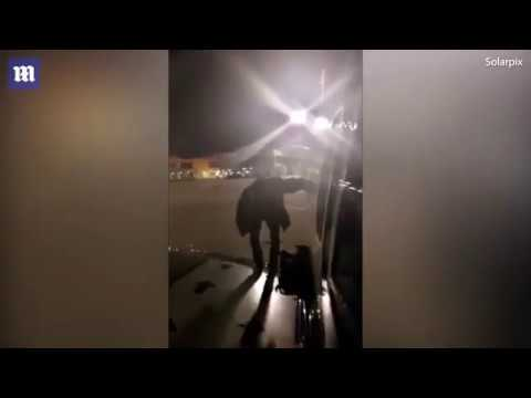 Поляк устал ждать и вышел из самолета через аварийный выход