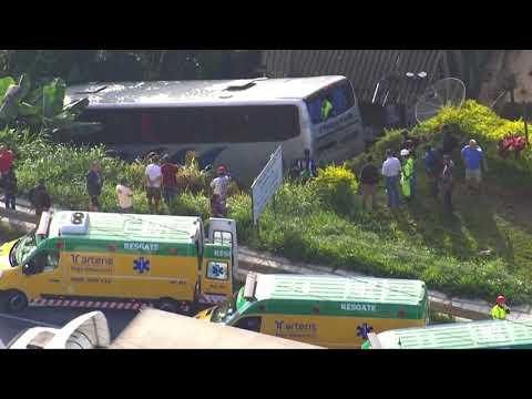 Ônibus cai em ribanceira após colidir com caminhão e deixa mais de 20 feridos na Grande São Paulo