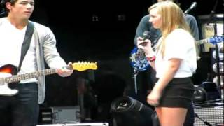 Jonas Brothers Soundcheck Girl Sings With Nick   Give Love A Try & Biggest Fan   August 25th, 2010