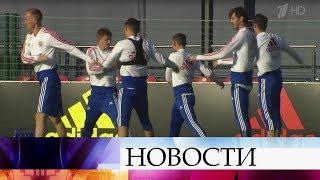 Миллионы болельщиков в предвкушении большого футбола: сборная России играет против Германии.
