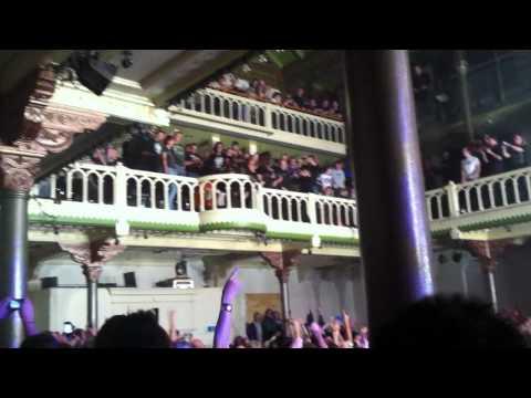 Joel 'Keeffe op het balkon tijdens Girls In Black