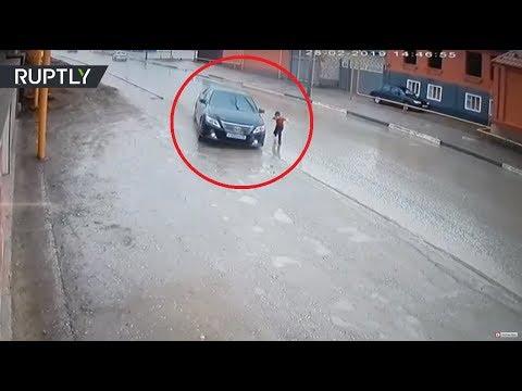 В Чечне мальчик перебегал дорогу и чуть не попал под машину