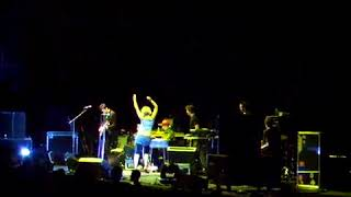 Sia dancing with Zero 7 in Toulouse 2006